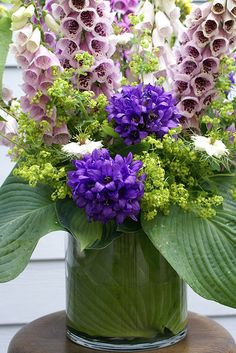 This detail shows the big hosta leaf I cut and curled in the vase/salad bowl, to cover the oasis foam. Lavender Flowers, Flower Petals, Beautiful Flowers, Lavender Green, Beautiful Flower Arrangements, Floral Arrangements, Deco Floral, Floral Design, Flower Power