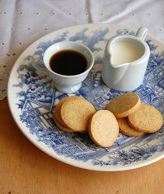 Cinnamon, orange and clove sablés / Sablés de laranja, cravo e canela 250g de farinha de trigo 1 colher (chá) de canela em pó ¼ colher (chá) de cravo em pó 1 pitada de sal 75g de açúcar de confeiteiro raspas da casca de 1 laranja grande 150g de manteiga sem sal, temperatura ambiente ½ colher (chá) de extrato de baunilha 2 gemas grandes