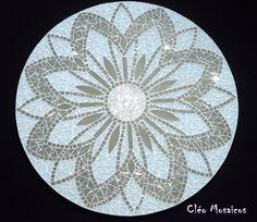 Mandala para Decoração de Paredes e com 70cm de diâmetro Trabalho em Mosaico de Vidro, Pedras e Espelhos. Base em MDF. Obs.: Produto para uso em Ambiente Interno. Não expor ao calor e á umidade.
