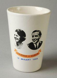 Huwelijk Beatrix en Claus. Beker, gekregen op de lagere school.