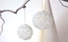 Τα χριστουγεννιάτικα στολίδια για όλο το σπίτι είναι το θέμα που μας απασχολεί τις τελευταίες ημέρες. Δες εδώ πως να φτιάξεις όμορφες μπάλες από κλωστή!