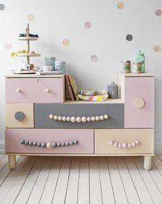 Niedliche Kommode im Kinderzimmer in grau und rosa