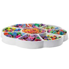 Une véritable féerie que cette boîte qui renferme des perles en mousse, multicolores et de formes différentes. Les fils scoubidous, pour enfiler les perles, permettront de développer la dextérité et l'agilité des petites mains.