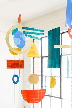 Bauhaus Inspired Mobiles DIY – The House That Lars Built Bauhaus inspirierte Handys DIY – Das Haus, das Lars baute Bauhaus Art, Bauhaus Design, Mobiles Art, Projects For Kids, Art Projects, Diy Hidden Storage Ideas, Kandinsky Art, Diy And Crafts, Paper Crafts