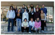 """Foto di gruppo con allievi. Cl. 5° sez. Rilievo e catalogazione dei beni ambientali, ISA """"Stagio Stagi"""", periodo 2000-2005 ca. Liceo artistico statale""""S.Stagi"""" Pietrasanta."""