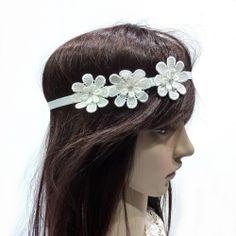 Headband 3 fleurs €12.90 http://www.rougecaramel.com/headbands/979-headband-mariage-3-fleurs-en-tissu-crochete-bandeau-elastique-ivoire.html#