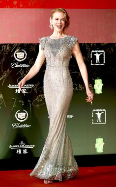 Nicole Kidman Shimmers at Shanghai International Film Festival Opening Ceremony!: Photo Nicole Kidman blows kisses in a shimmering dress while arriving on the red carpet of the 2014 Shanghai International Film Festival Opening Ceremony at Shanghai Grand… Celebrity Red Carpet, Celebrity Style, Nicole Kidman Style, Evolution Of Fashion, Gypsy Fashion, Dressed To The Nines, Dress Cuts, International Film Festival, Red Carpet Looks