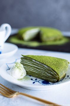 This elegant Matcha Mille Crepe Cake is made of thin layers of green tea crepes stacked together with fresh whipped cream in-between. Matcha Dessert, Matcha Cake, Sweet Desserts, Dessert Recipes, Fancy Desserts, Easy Japanese Recipes, Asian Recipes, Green Tea Recipes, Food C