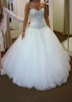 Princess wedding dress - Wedding looks like a dress Emily liked. Princess Wedding Dresses, Dream Wedding Dresses, Tulle Wedding, Spring Wedding, Mermaid Wedding, Pretty Dresses, Beautiful Dresses, Gorgeous Dress, Expensive Wedding Dress
