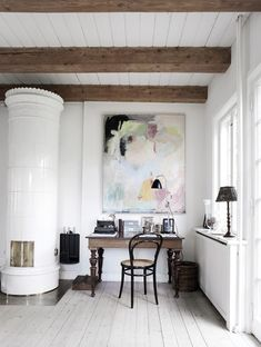 A few strong pieces can make a room. Here, a thoughtfully composed Danish country home office. Home Interior, Interior And Exterior, Interior Decorating, Interior Design, Attic Design, Stylish Interior, Deco Design, Design Case, Danish Country
