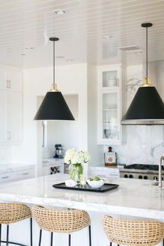 Kitchen Remodel Decor Links I'm Loving Lately - modern coastal kitchen becki owens estillo. Kitchen Remodel Decor Links I'm Loving Lately - modern coastal kitchen becki owens estillo Best Kitchen Designs, Modern Kitchen Design, Black Kitchens, Cool Kitchens, Kitchen Black, Brass Kitchen, Kitchen Pendants, Pendant Lights Kitchen, Kitchen Ornaments