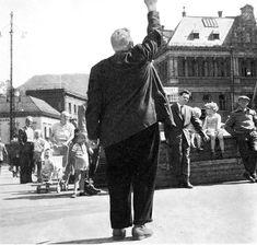Torget var etter stengetid en plass hvor Bergensenes åndelige behov kunne dekkes. Hvem husker  ikke  1950 og 60-årene  vekkeselsmøtene.  Frelsesarmeen med sang og tale var et fast innslag. En annen som kunne samle en god del folk i 60-årene var Aage Samuelsen, stifteren av trossamfunnet Maran Ata.  Bildet slutten av 1950 årene. Fotoet er trolig tatt av Gustav Brosing og er fra boken «Bergen vår by»).