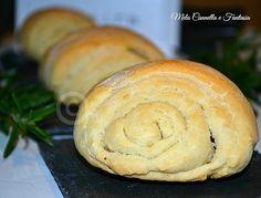 I panini al rosmarini fatti in casa sono realizzati senza l'utilizzo della macchina del pane, facilissimi da preparare, profumatissimi e molto sfiziosi