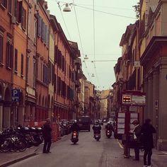 Buongiorno a tutti  Questa è Via San Felice, da una parte arriva fino in centro, dall'altra oltrepassando Porta S. Felice si accede alla strada che porta a Modena, Vis Emilia Ponente.