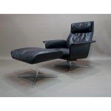 Fauteuil et son ottoman noirs confortable design en cuir #fauteuil #ottoman #noir #confort #design #cuir