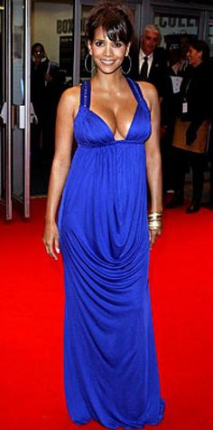 Look of the Day › October 26, 2007 Berry was one haute mama in a plunging Versace gown at the London premiere of Things We Lost in the Fire. The actress complemented the cobalt number with gold Amrapali of Jaipur jewelry.