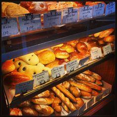 荻窪南口にある「ルクールピュー」の姉妹店。プレーンなパンの他、サンドイッチやキッシュ、惣菜もいろいろ。