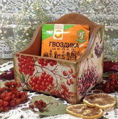 короб для специй `Ягодное лукошко`. Короб выполнен в технике 'декупаж'.   Этот короб можно использовать на кухне для хранения приправ, записочек с рецептами, в него можно поставить перечнецу, солонку или другие нужности.     Если вы хотите быть в курсе…