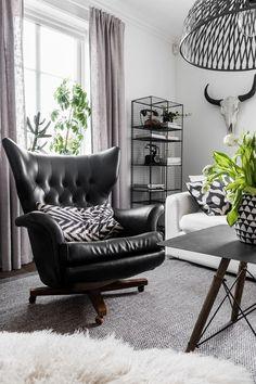 Sillón de cuero negro / Salón-Comedor 3 ambientes diferentes y únicos. #hogarhabitissimo #organic