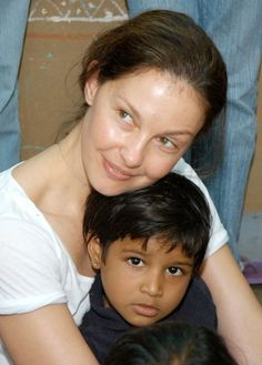 In India, Ashley Judd spends time with kids from red light areas - BDC TV Natural Face, Natural Makeup, Natural Women, Natural Beauty, Celebs Without Makeup, Ashley Judd, Celebrities Before And After, Bare Face, True Beauty
