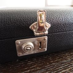 ハードケースの金具の部分が少し剛性に欠けますが、鍵を掛けておけば途中で開いてしまうことはないかと思われます。