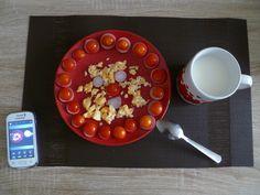Vajíčko + ředkvičky + cherry rajčátka + mléko.  Aneb jak snídám já.