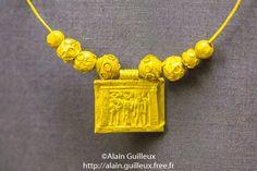 Pendant en or montrant la triade thébaine. Ptolémaïque, de Dendera.