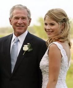 Jenna Bush Wedding - Jenna Bush (in Oscar de la Renta) poses with her father, President George W. Bush, prior to her marriage to Henry Hager at the Bush family's Prairie Chapel Ranch. Celebrity Wedding Photos, Celebrity Wedding Dresses, Celebrity Weddings, Laura Bush, Barbara Bush, Jenna Bush Hager, American Presidents, American History, Bush Wedding