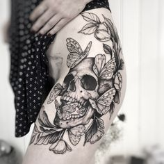 Cool Skull Tattoos For Women – My hair and beauty Feminine Skull Tattoos, Skull Thigh Tattoos, Animal Skull Tattoos, Small Skull Tattoo, Skull Tattoo Flowers, Skull Sleeve Tattoos, Skull Tattoo Design, Leg Tattoos, Body Art Tattoos