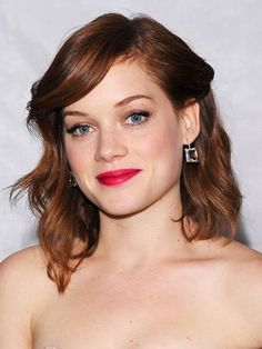 Jane Levy half-up wavy updo with side-swept bangs, pink lips and flirty eyelashes