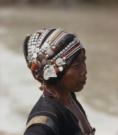 silver trinkets gleam on the headdress of an Akha woman Ethnic Fashion, Love Fashion, People Figures, Monochrome Outfit, Lace Tights, Raw Beauty, Ethnic Jewelry, Jewellery, We Are The World