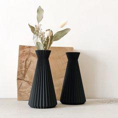vase noir fleurs séchées bois original origami dans la déco Formal Dresses For Weddings, Party Dresses For Women, Formal Wedding, Wedding Dress, Low Poly, Flower Vases, Flower Pots, Vase Origami, Vase Noir