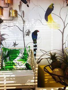 Βιτρίνα καταστήματος σε tropical mood, με ζωγραφική ταπετσαρία, από το ArteaseDesign Lab.