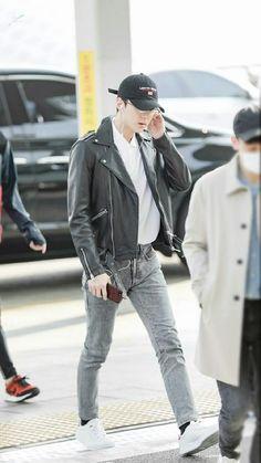 EXO Sehun airport fashion at Incheon Airport Korean Fashion Men, Korean Men, Kpop Fashion, Mens Fashion, Airport Fashion, Sehun, Bts And Exo, Kpop Outfits, Korean Celebrities