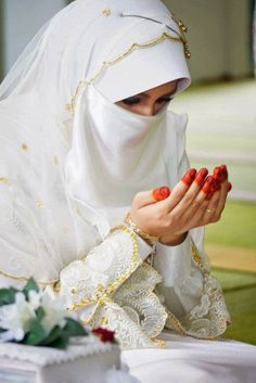 Get the Ideas of 2019 Latest Designs of Muslim Bridal Wedding Dresses in sleeves and hijab. These photos of Islamic wedding dresses for brides are fabulous. Muslimah Wedding Dress, Muslim Wedding Dresses, Muslim Brides, Wedding Dresses For Girls, Muslim Girls, Beautiful Muslim Women, Beautiful Hijab, Hijabi Girl, Girl Hijab
