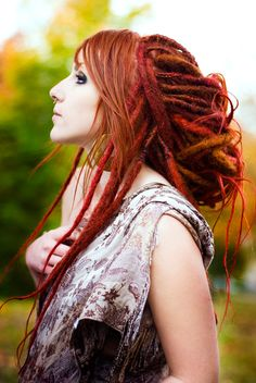 And the latest hair! 40 crocheted DE's in loads of autumny colors from IKickShins. Also done with the new method (the one i use nowadays).  The dreads are for a girl named Adele and this is the result: