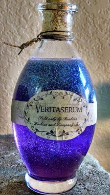 Halloween potions - instructions on recipes to get glitter and dyed potions that. Halloween potions - instructions on recipes to get glitter and dyed potions that will look cool in an apothecary jar Harry Potter Halloween, Harry Potter Christmas, Harry Potter Birthday, Harry Potter Crafts Diy, Harry Potter Decorations Diy, Objet Harry Potter, Cumpleaños Harry Potter, Harry Potter Bedroom, Harry Potter Navidad