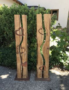Old wood beams split with carved heart, stainless steel base plate Pallet Crafts, Wood Crafts, Diy Crafts, Woodworking Projects Diy, Wood Projects, Palette Art, Outside Room, Small Backyard Gardens, Easter Tree