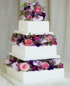 pièce en gâteaux carrés décorés de fleurs en nuances de rose et violet