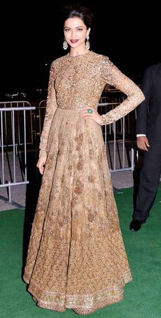 Deepika Padukone on the red carpet at the #IIFA Awards 2014. Love her floor length anarkali, makeup and earrings. #IndianFashion