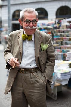 Via Solferino, Milan (The Sartorialist) The Sartorialist, Gentleman Mode, Gentleman Style, Style Funky, My Style, Moda Do Momento, Advanced Style, Raining Men, Older Men