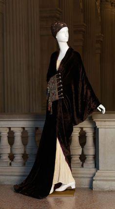 Paul Poiret 1919. Paul Poiret foi um designer de moda francês muito importante na passagem do séc XIX para o XX. O seu trabalho contribui para a desconstrução da rija silhueta feminina do séc XIX, ao inspirar-se em trajes como o kimono e o kaftan. Abriu a primeira casa em seu nome em 1903, e ficou conhecido pela liberdade que os seus drapeados atribuiram ao corpo da mulher.