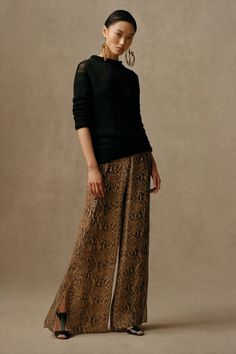 Our rollneck sweater and wide-leg Saunders Python Silk Crepe Pant hint at a feminine-masculine duality where exotic, textural details are paired with neutral tones. Explore more from Collection Pre-Fall 2021. Ralph Lauren Looks, Ralph Lauren Style, Ralph Lauren Collection, Ralph Lauren Dresses, Ralph Lauren Fashion, Vogue Fashion, Fashion Show, Fashion Pics, Fashion Trends