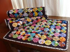 Com este jogo americano sua mesa ficará alegre e colorida. <br>Tecido 100% algodão. <br>Encomende já o seu!!! <br>Preço unitário. Cute Sewing Projects, Sewing Crafts, Fabric Art, Fabric Crafts, Handmade Crafts, Diy And Crafts, Yo Yo Quilt, Japan Crafts, Crochet Flower Scarf