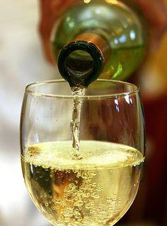 Pinot Grigio wine - my favorite! Pouring Wine, Wine Vineyards, Wine Cheese, Wine Time, Food 52, Mixed Drinks, Wine Tasting, Napa Valley, Wine Recipes
