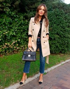 Tras la pista de Paula Echevarría » TRENCH IS CHIC. Black lace-up sweatshirt+ankle jeans+beige and black midi heeled backless pumps+beige trenchcoat+black handbag. Fall Everyday Outfit 2016
