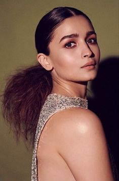 Bollywood Actors, Bollywood Celebrities, Highlighter And Bronzer, Alia Bhatt Cute, Blowout Hair, Slicked Back Hair, Paparazzi Photos, Whatsapp Dp, Hot Actresses