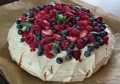 Pavlova - tort bezowy Köstliche Desserts, Delicious Desserts, Yummy Food, Pavlova, Pastry Cake, Easy Cake Recipes, Cooking Time, Sweet Tooth, Sweet Treats