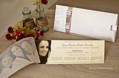 Cartão frontal com fotografia da formanda com seus pais e cartão posterior com as informações do convite.