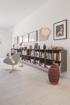 Kunst & Innenarchitektur: Galerie Mikael Andersen in Berlin - swedish pins Living Area, Living Spaces, Living Room, Montana Furniture, Low Bookcase, Bookcases, Piece A Vivre, Interior Decorating, Interior Design